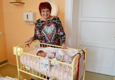 Devět nových přístrojů zajistí bezpečný spánek novorozenců v Jesenické nemocnici