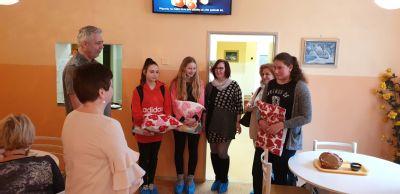 Zasloužilým dárcům krve v Jesenické nemocnici ušily žačky polštáře se srdíčky