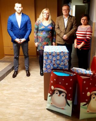 Zaměstnanci Jesenické nemocnice zpříjemní vánoční svátky dětem z Dětského domova Černá Voda dárky