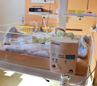 Nemocnice AGEL Jeseník má nové monitory dechu. Bedlivě hlídají novorozence a rodičům umožňují klidný spánek
